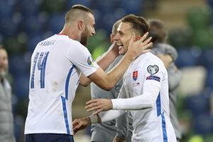 Milan Škriniar (vľavo) a Peter Pekarík sa radujú z postupu Slovenska na EURO 2020.