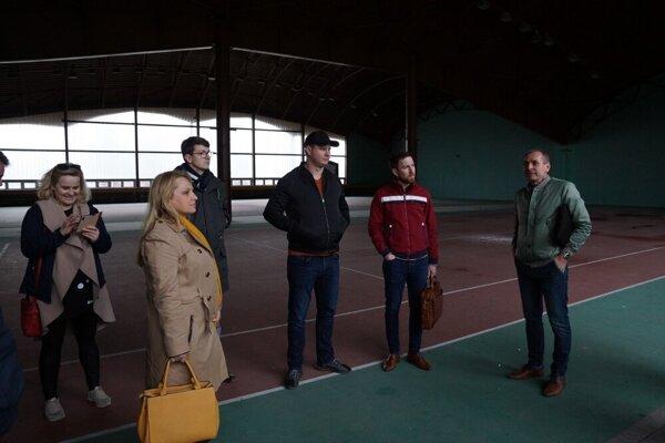 Vlani v marci si mestskí poslanci prezreli košické športoviská. Zo zúfalého stavu tenisovej dvojhaly na Aničke boli šokovaní.