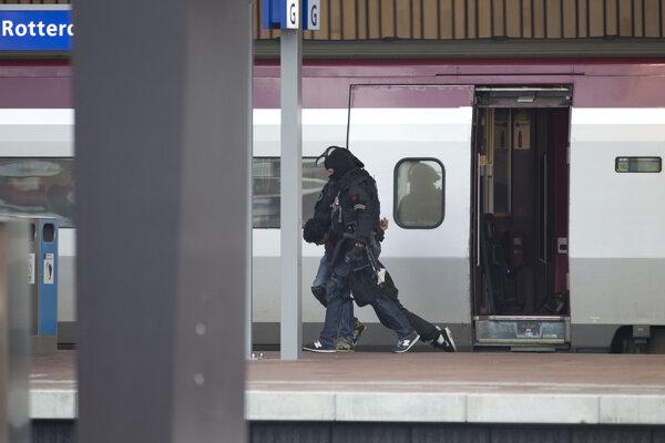 Príslušníci protiteroristickej jednotky holandskej polície odnášajú muža na nástupišti železničnej stanice v Rotterdame, ktorý sa zamkol na toalete medzinárodného vlaku  spoločnosti Thalys smerujúceho do Paríža, 18. septembra 2015.
