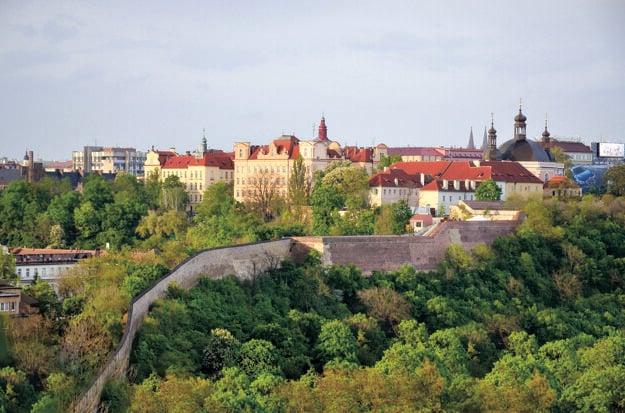 Dekanát a sídlo fyzikálnej sekcie MFF UK v romantickom prostredí pražského Karlova.