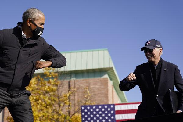 Barack Obama podporil Joea Bidena na predvolebnom zhromaždení v Michigane 31. októbra.