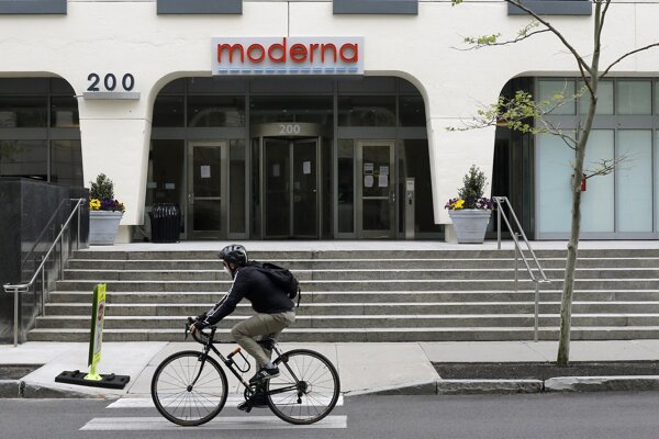 Nápis nad vstupom do budovy biotechnologickej spoločnosti Moderna v americkom meste Cambridge.