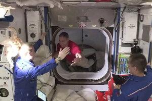 Posádka ISS víta nových členov.