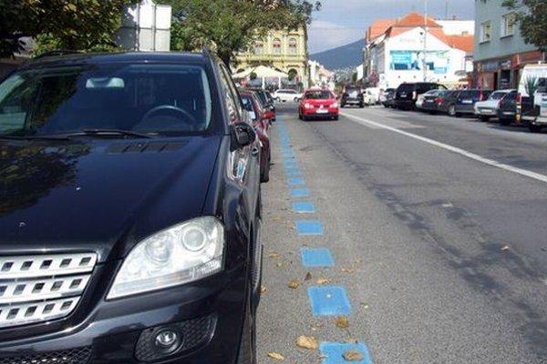 Spoplatnené parkovacie miesta sú po novom označené modrým vodorovným značením.
