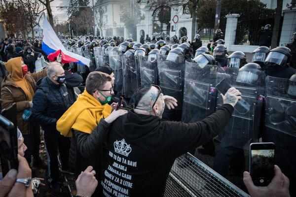Protest pred Úradom vlády.