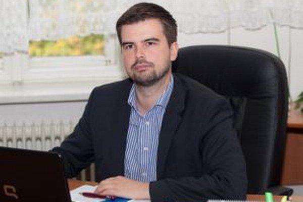 Martin Cimrák vedie právnickú kanceláriu v Nitre a riadi nemocnicu v Zlatých Moravciach. Na poslanecké odmeny preto odkázaný nie je.