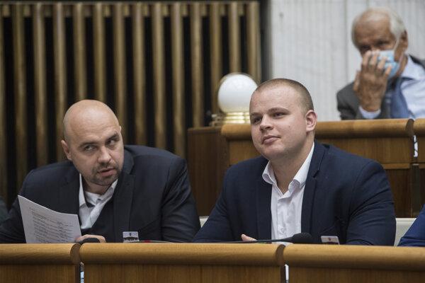 Poslanci NR SR, zľava Andrej Medvecký a Milan Mazurek.