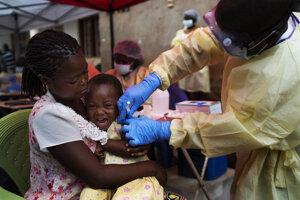 Na archívnej snímke z júla 2019 dieťa dostáva vakcínu proti ebole v Beni v Konžskej demokratickej republike.