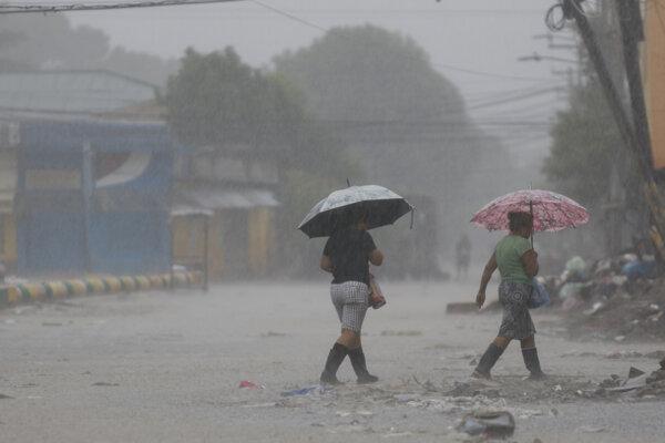 Štrnásť ľudí zomrelo v Hondurase vrátane piatich členov rodiny, ktorí zahynuli po tom, ako zosuv pôdy strhol ich dom.