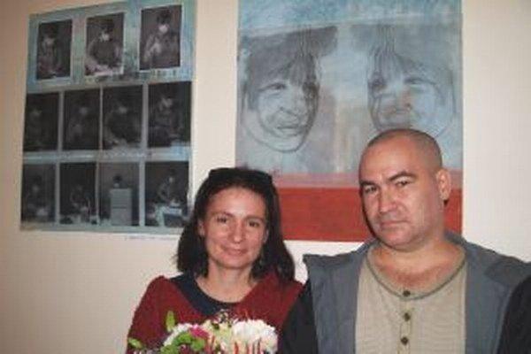 Pri svojich dielach súrodenci Soňa Mrázová a Alexandre Daniš.