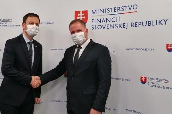 Prezidentom Finančnej správy sa stane Jiří Žežulka (vpravo). Rozhodol sa pre neho minister financií SR Eduard Heger (vľavo).