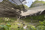Obriemu rádioteleskopu v Portoriku hrozí kvôli poškodeniu skaza.