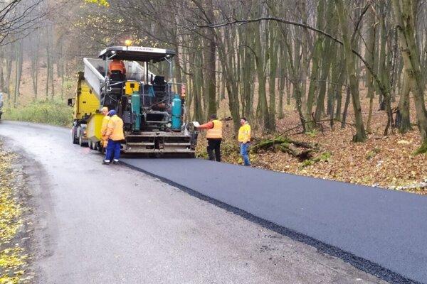 Oprava cesty medzi Rozhanovcami a Čižaticami, ktorá prebieha v týchto dňoch.
