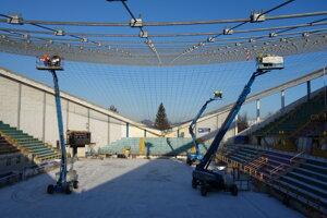 Inštalácia novej lanovej konštrukcie na zimnom štadióne v Prešove.