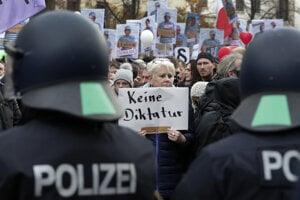 Demonštranti videli v zákone nástup diktatúry.