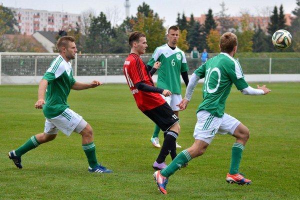 Veľký Meder porazil Trnavu C 3:1. V zelenom všetci traja strelci gólov - zľava Tuschel, Szabó a Mészáros (chrbtom).