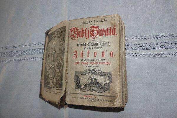 V izbe sa nachádza aj biblia z roku 1787.