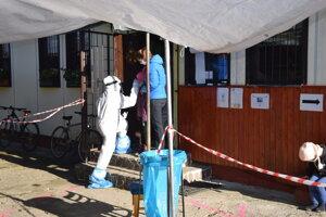 Testovanie v Turčianskej Štiavničke. Hodina medzi jedenástou a dvanástou bola vyčlenená pre žiakov miestnej školy a ich rodičov.