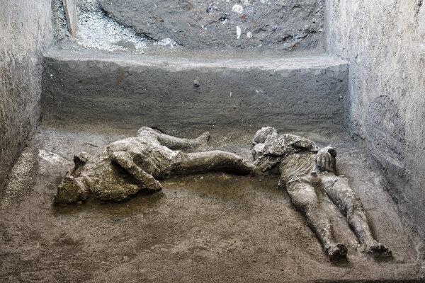 V Pompejách našli zachovalé pozostatky dvoch ľudí.