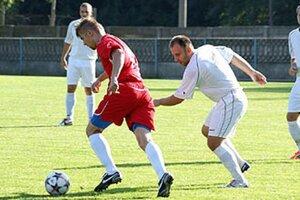 Radovan Hadža (v červenom) otváral skóre zápasu Tešedíkovo - H. Kráľová (4:2).