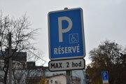 V meste je údajne málo parkovacích miest pre držiteľov preukazu ŤZP.