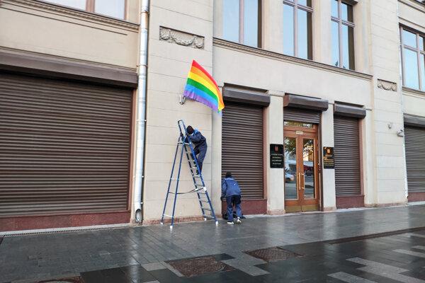 Na snímke členovia punkovej formácie Pussy Riot vyvesujú dúhovú vlajku vedľa vstupu do sídla prezidentskej kancelárie na námestí Staraja ploščaď v Moskve 7. októbra 2020.