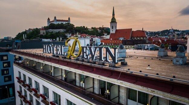 Výhľad na Bratislavský hrad a Dóm sv. Martina z Hotela Deví