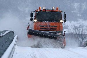 V prípade výdatného sneženia údržba obchádzovej trasy pluhom stačiť nemusí. Župa chce cestu udržiavať aj ekologickým posypom.
