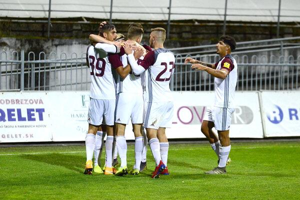 Takto sa futbalisti Podbrezovej v Poprade tešili štyri razy.
