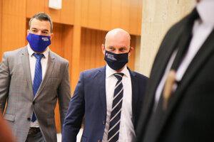 Minister školstva, vedy, výskumu a športu SR Branislav Gröhling (vpravo) počas príchodu na rokovanie 54. schôdze vlády SR. Bratislava, 25. november 2020.