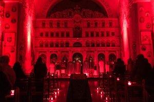 Baziliku po prvý raz zalialo červené svetlo.