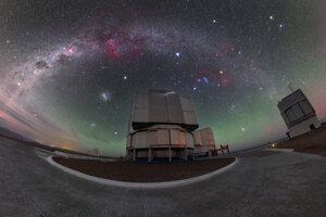 Pohľad na nočnú oblohu pri teleskope VLT v Čile. Zelenú žiaru pri horizonte spôsobuje svetelné žiarenie atmosféry, zvané aj airglow.