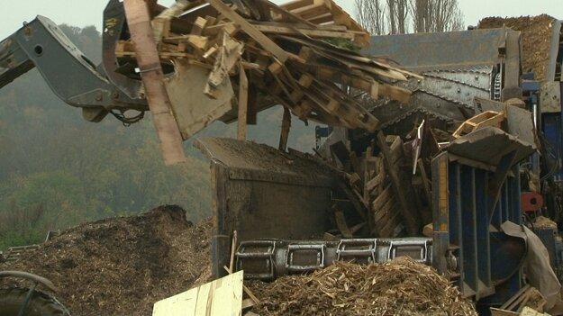 Drevený odpad nemusí hniť na skládkach. V Drietome ho takto recyklujú.