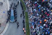 Pohrebný voz vezie truhlu s pozostatkami Diega Maradonu z prezidentského paláca na pohreb.