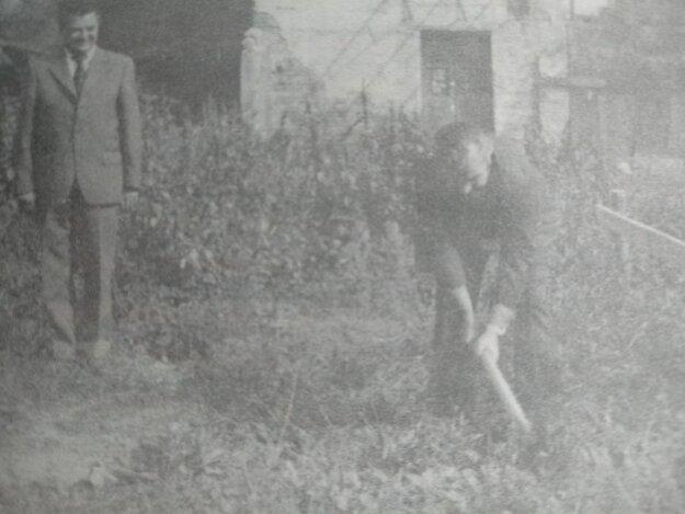 Slávnostný výkop vykonal riaditeľ Agrostavu Marek Cyprich za prítomnosti prvého tajomníka OV KSS vTopoľčanoch Solíka.