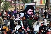 Stúpenci irackého šiitského duchovného Muktadu as-Sadra (na transparentoch) protestujú na Námestí oslobodenia v irackej metropole Bagdad.