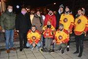 Prvú adventnú sviecu zapálili hokejisti na čele s fanúšikom Ondrejom Kakulom.