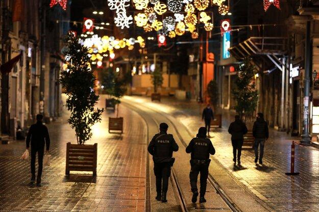 Tureckí policajti kontrolujú dodržiavanie protiepidemických opatrení.