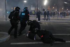 Vo francúzskych mestách protestovali ľudia proti policajnému násiliu, na niektorých miestach protesty prerástli do výtržností.
