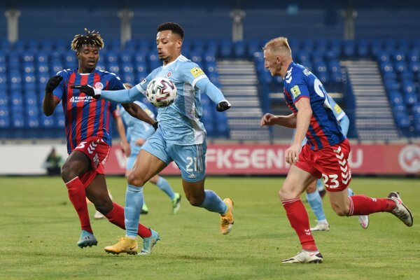 Na snímke zľava hráč Senice Edmond Addo, hráč Slovana Rafael Da Silva a hráč Senice Miloš Kopečný.