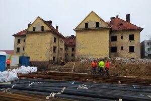 Na rekonštrukcii bytovky sa už začalo pracovať.