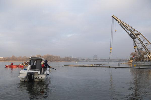 Mobilný žeriav Slovenského vodohospodárskeho podniku presúva potopený remorkér do nákladného prístavu vo Vlčom hrdle