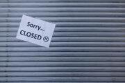Oznam o zatvorení prevádzky na  dverách zatvoreného snack baru v nemeckom meste Münster 3. novembra 2020.