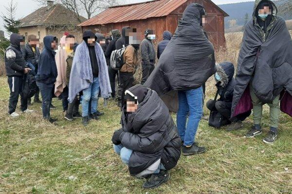 Utečenci zo Sýrie sa po vystúpení z kamióna ocitli v Hornej Štubni