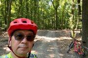 Japonský veľvyslanec na Slovensku Makoto Nakagawa počas cyklistického výletu v bratislavskej prírode.