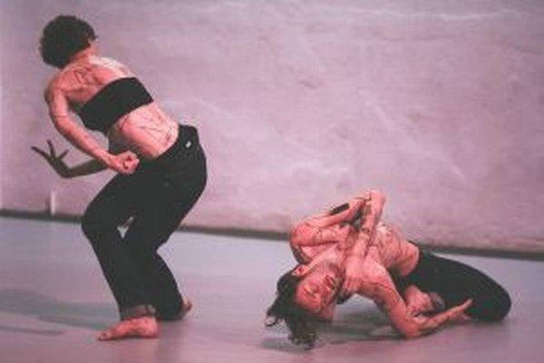 Zľava Tereza Ondrová a Peter Šavel v zápale tanca.
