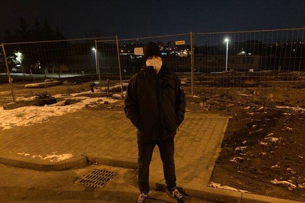 Marek Majoroš na mieste, kde stála bytovka.