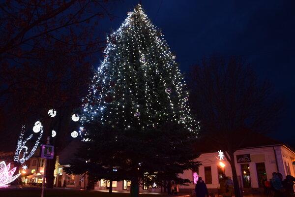 Vianočný stromček na Divadelnom námestí v Martine.