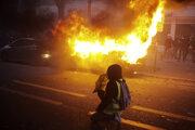 Na proteste proti spornému bezpečnostnému zákonu vypuklo násilie.