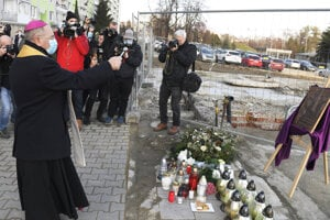 Arcibiskup Bernard Bober posväcuje pamätnú tabuľu obetiam.